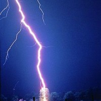 256px-Lightning_hits_tree